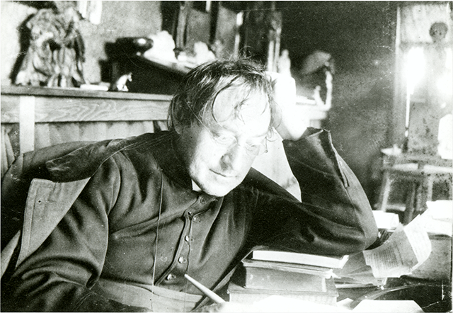 Verschaeve schrijvend aan zijn bureau, ca. 1920 [BE ADVN VFAL 224]