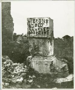 """Op een puinblok bij de kerk van Merkem schreven Vlaamse soldaten """"Hier ons bloed, wanneer ons recht"""", 1917 [BE ADVN VFAL 813]"""